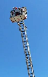 Verlängert man eine Feuerwehrleiter um 60 % ihrer Anfangslänge, so erhält man eine 16 m lange Leiter. (Grafik A221301 im Aufgabensatz 13 Blatt 2/2 Fortgeschritten zum Grundwert in der Prozentrechnung/© by www.fit-in-mathe-online.de)