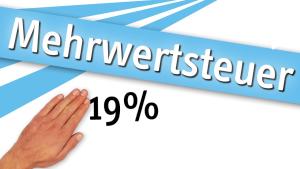 Eine Ware wird für 14 756 € verkauft. Im Preis ist die Mehrwertsteuer von 19 % enthalten. (Grafik A221401 im Aufgabensatz 14 Blatt 2/2 Fortgeschritten zum Grundwert in der Prozentrechnung/© by www.fit-in-mathe-online.de)